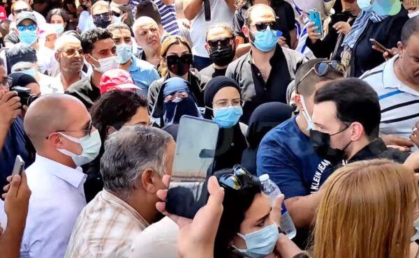 صهر دلال عبد العزيز يغضب من شخص صور قبرها ويرمي بهاتفه على الأرض (فيديو)