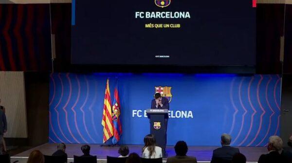 """ميسي يبكي أثناء مغادرته فريق برشلونة: """"من الصعب أن أغادر"""" (فيديو)"""