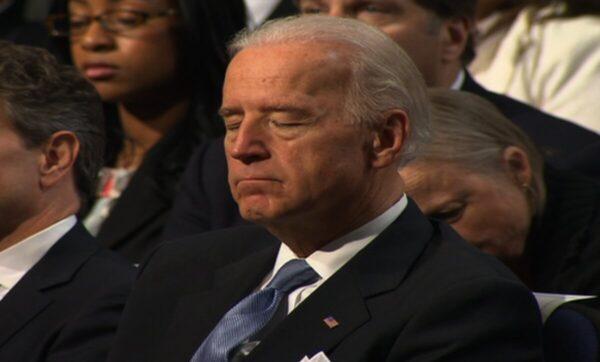 بايدن ينام أمام نفتالي بينيت والأخير يحاول تدارك الأمر عن طريق الصحفيين (فيديو)
