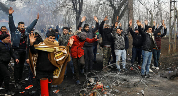 سوريين عالقين بين تركيا واليونان