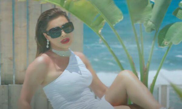 نوال الزغبي تطل بفيديو جديد من كواليس أغنية عليه ابتسامة من داخل بركة السباحة