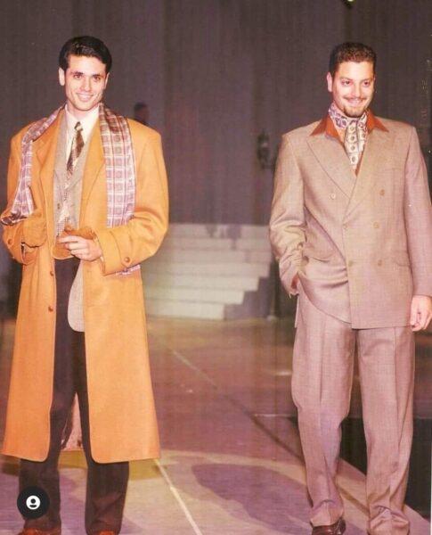 أحمد عز وتامر هجرس في صورة نادرة خلال عرض أزياء في التسعينات (صور)